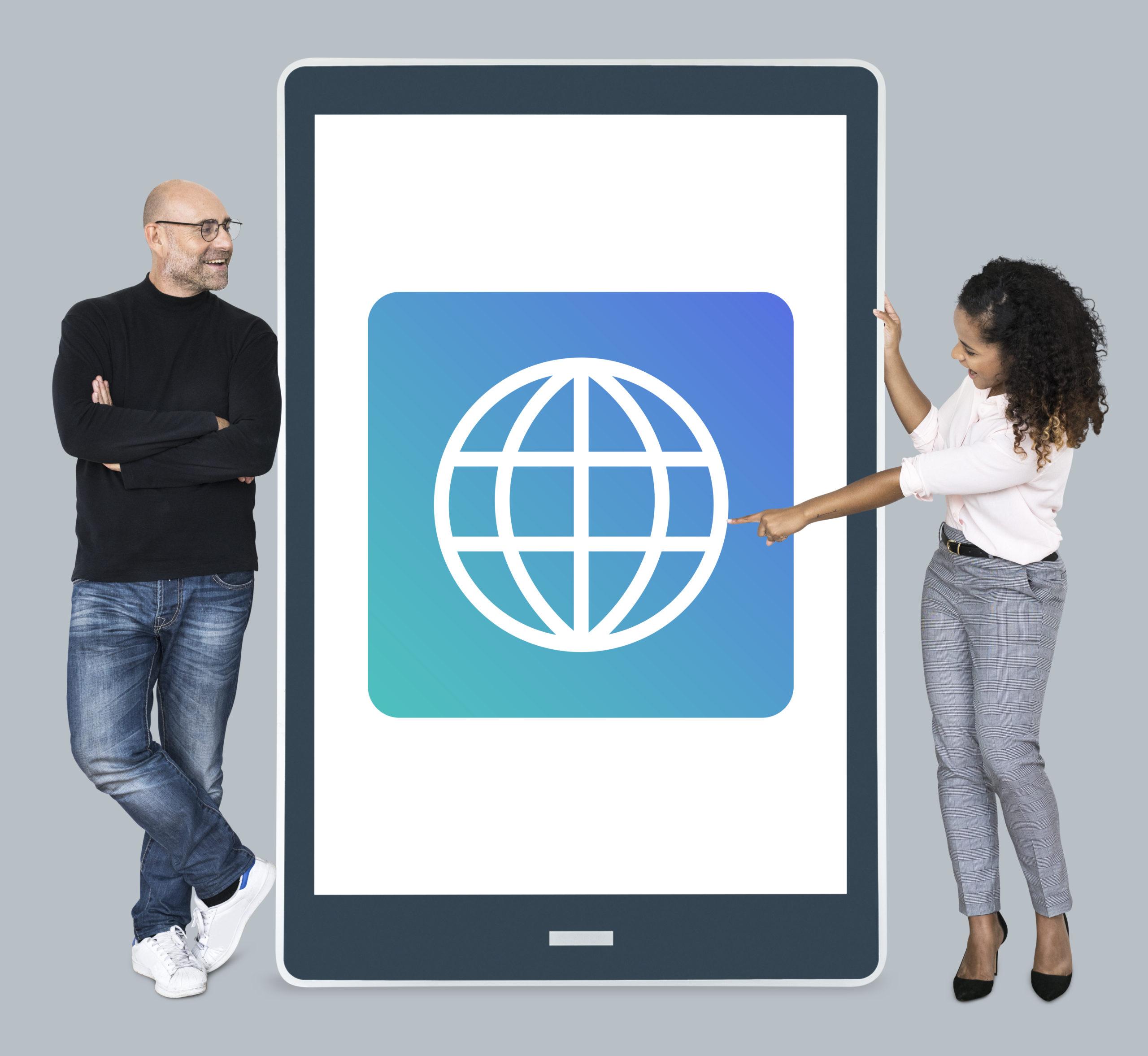 Zwei Personen stehen am Tablet mit einem www Icon